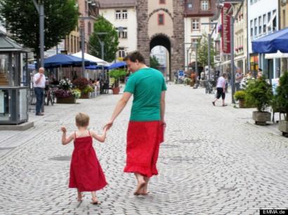 Nils Pickert, un padre alemán, lleva falda para apoyar a su hijo pequeño, que se divierte vistiendo como una niña, y así evitar que nadie se ría de él. (Revista www.emma.de)