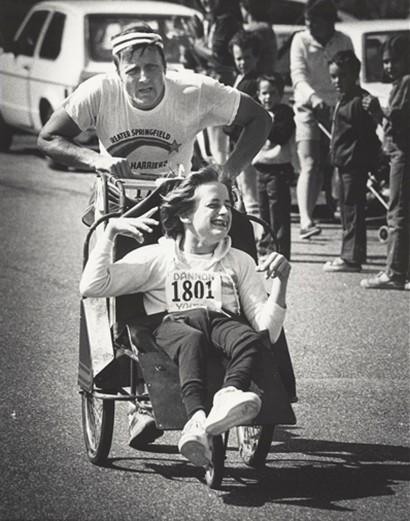 Dick Hoyt participa junto a su hijo tetrapléjico Rick Hoyt en triatlones por todo Estados Unidos desde 1977. www.teamhoyt.com